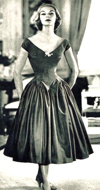 4-1950s-fashion-the-feminine-figure-and-