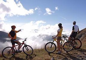 По самой высокой части хребтов Апеннин - Altavia проходят многокилометровые  дорожки и тропинки для прогулок на горных велосипедах и скутерах.  Мы поможем Вам проложить  Ваш собственный маршрут и увидеть  эти  восхитительные места