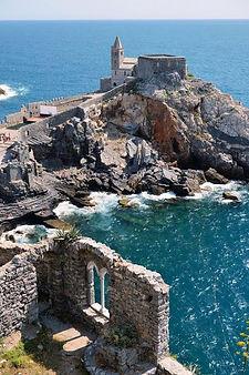 Пять земель - это  пять маленьких поселений,  в  провинции  Ла Специя: Монтероссо, Вернацца, Корнилья, Манарола и Риомаджоре. Все они относятся к Средневековью, и их территория считается мировым достоянием человечества, охраняемым ЮНЕСКО