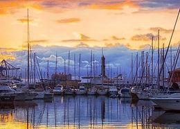 Можно совершить короткую морскую прогулку на катере по портовой зоне города, где на мысе возвышается путеводная звезда моряков-маяк Лантерна