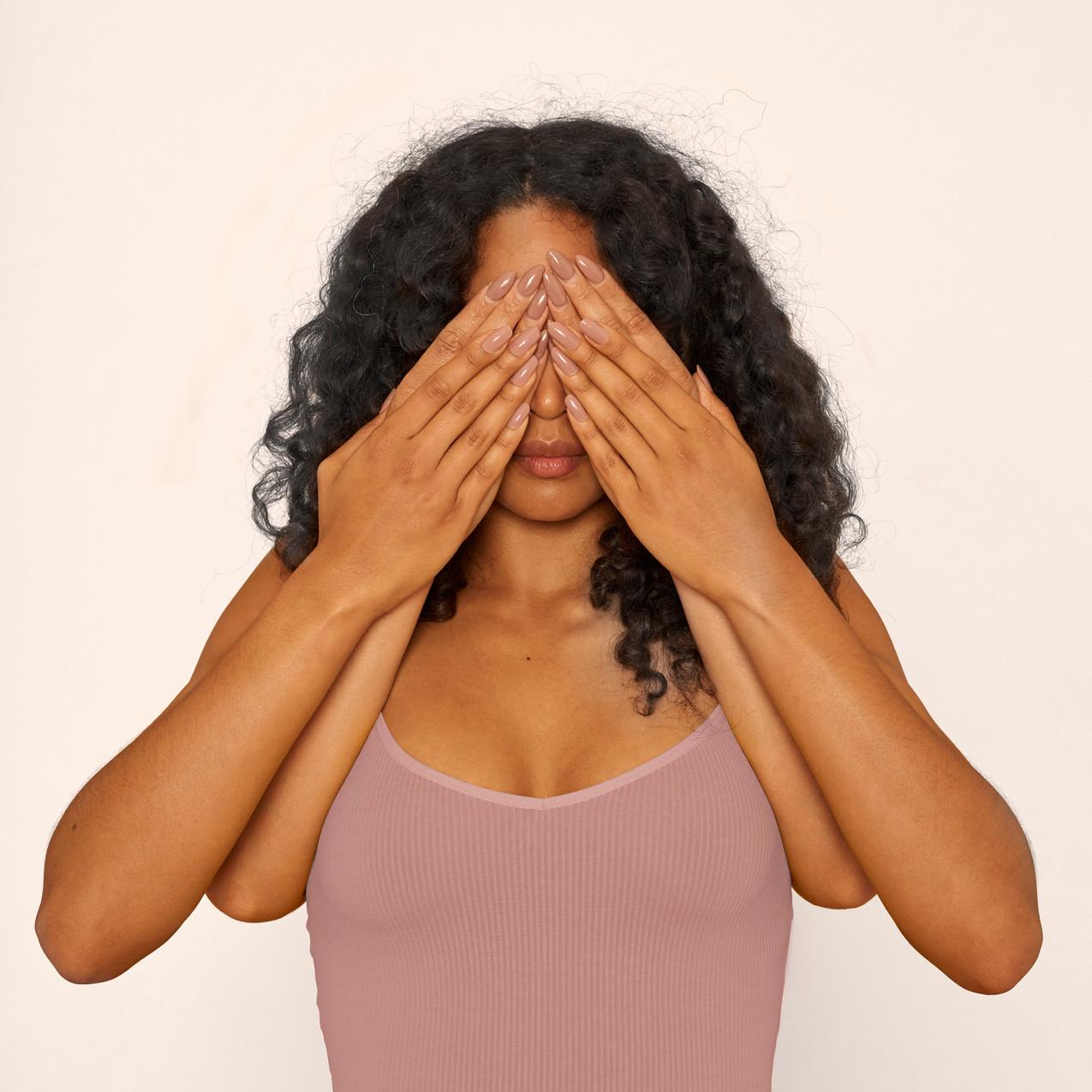 Donna che copre gli occhi
