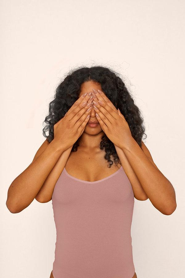 Femme couvrant les yeux