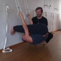 Der Yogalehrer beim Üben