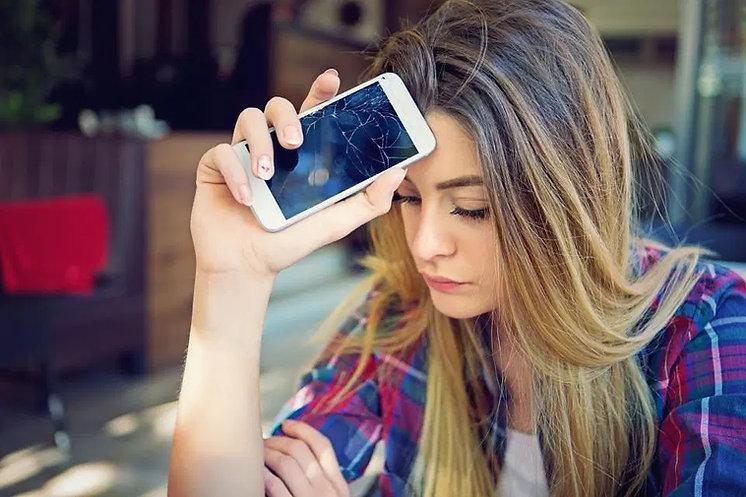 Frau_hält_ein_Smartphone_mit_kaputten_D