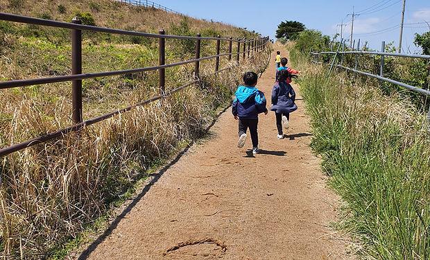용눈이 오름 아이들 달리기.jpg