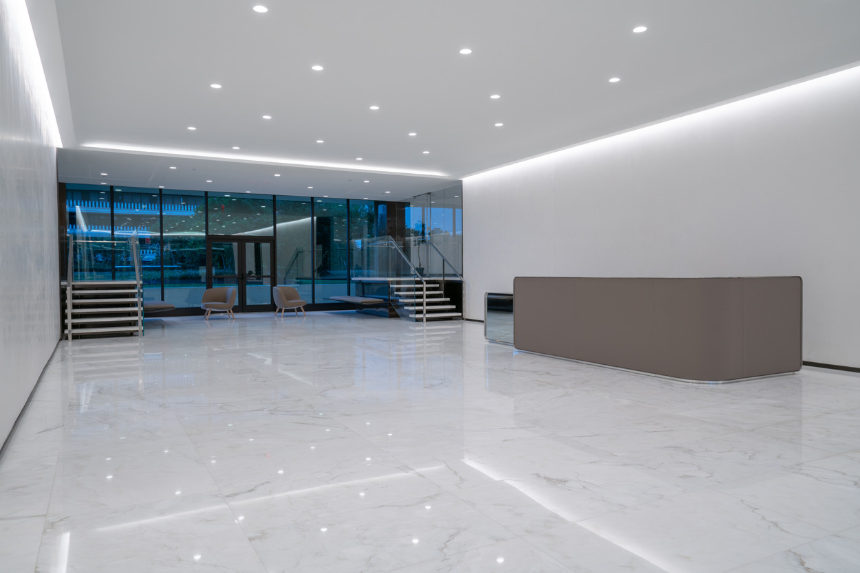 Watergate 600 - Open Lobby with Bar