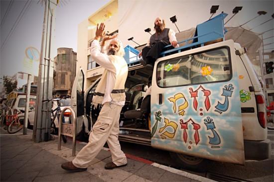 Des juifs Na Nach et leur camionnette peinte (Israël).