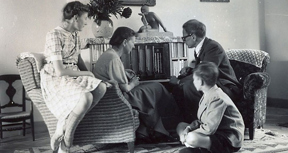 La famille de Paul Struye, avocat à la  cassation pendant l'Occupation, rassemblée autour du poste de radio (c) CegeSoma.
