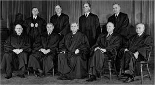 Les 9 juges de la Cour Suprême des Etats-Unis (1943).