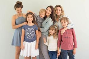 Débora e Flávia com seus filhos