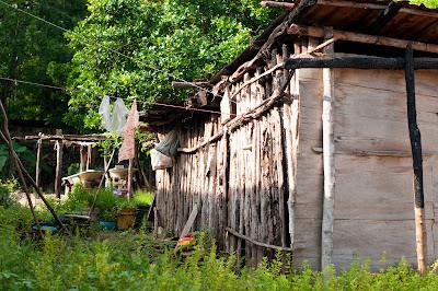 В таких хижинах живут жители села в Мексике сейчас