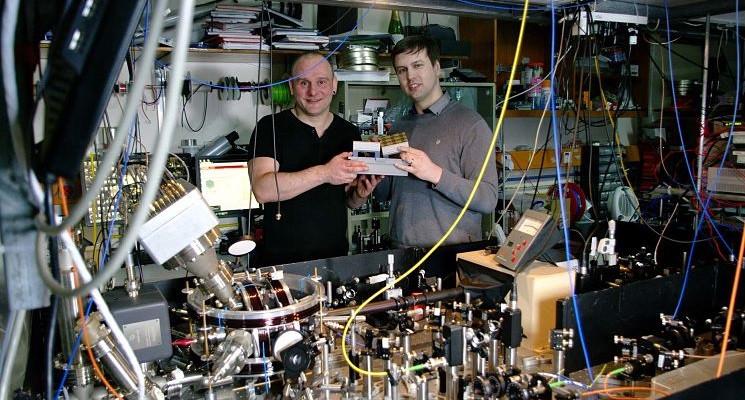 Профессор Винфрайд Хенсайнгер (слева) в квантовой лаборатории