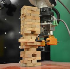 Робот играет в дженгу.jpg