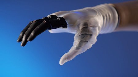 Ученые создали биомиметрический протез руки, максимально схожий с рукой человека