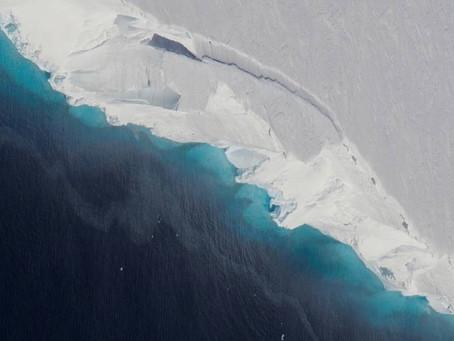 Огромная полость в антарктическом леднике с каждым днем становится больше