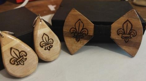 """Boucles d'oreilles+ Noeud papillon en bois """"Fleur de lys"""" mariage by La tournerie"""