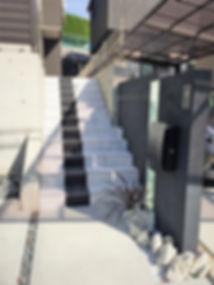 割栗石・クラッシュガラス・砕石目地を使用したシンプルモダンなオープン外構の相談はSun east planningへ