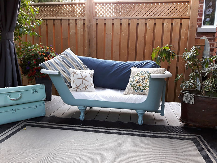 Vintage tub redo to lounge