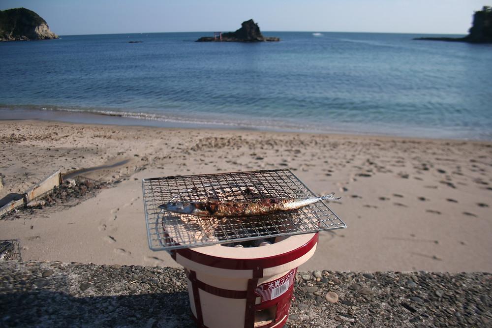 使用人でございます。  いつの間にか秋の風が吹く守谷の浜でございまして、 先日購入した七輪でサンマを焼いてみました。  もちろん美味しいのは当たり前でございまして、 これはお泊りのお客様にも是非愉しんでいただこうと 七輪、炭、網をセットにしてお貸し出ししたいと思います。  食材は隣の興津集落に魚屋や八百屋がございますので、 お客様自身でお選びください。