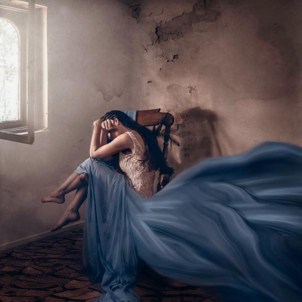 model_chair_bluedress.jpg