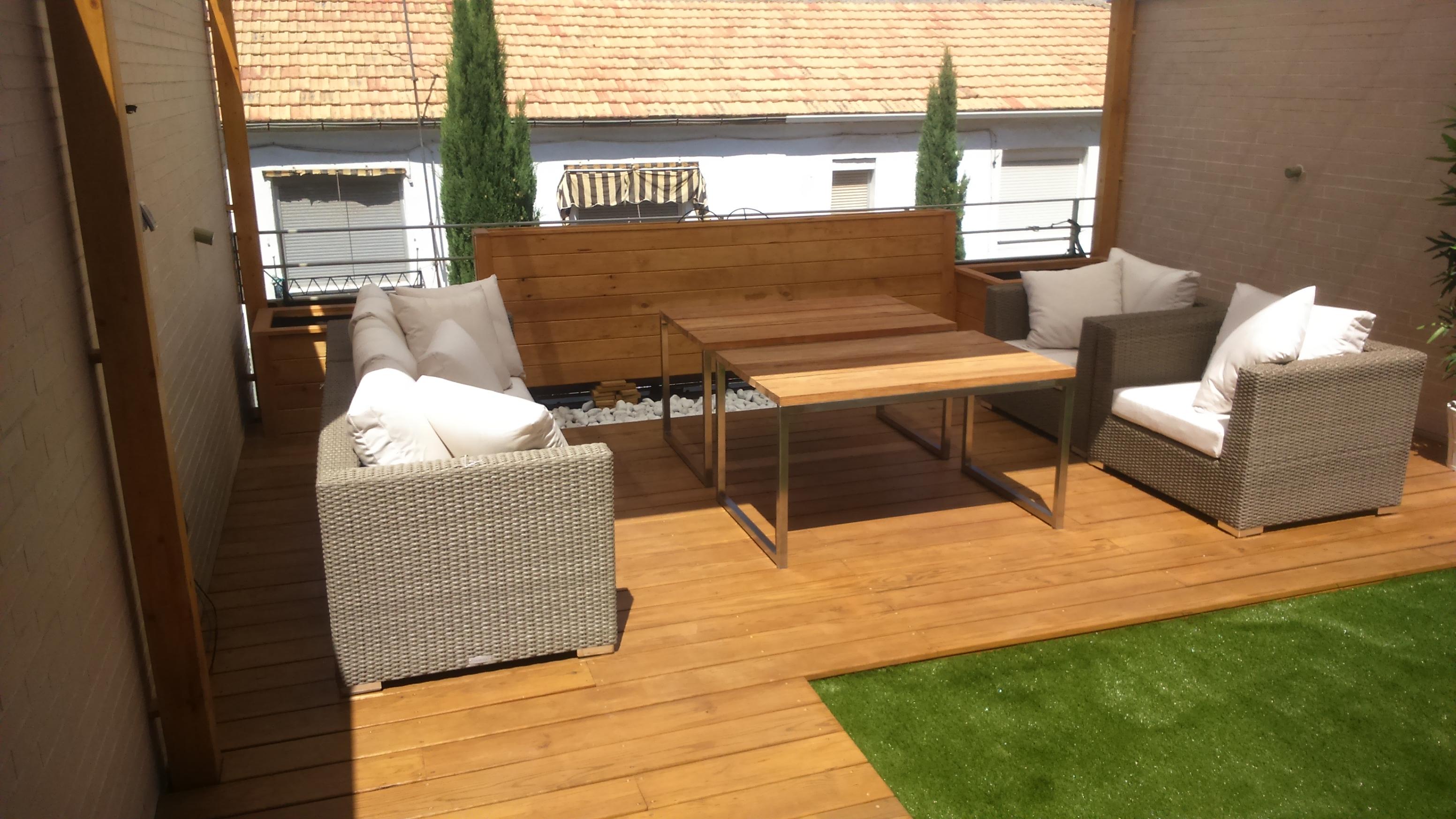 Pérgola, suelo madera, mueble