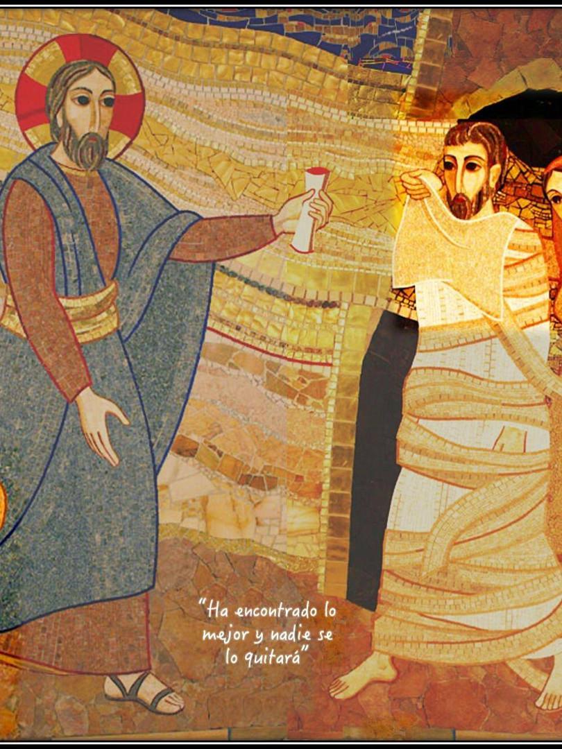 """Hoy nos fijamos en María a los pies del Señor, aferrada a sus sandalias, descansando en su regazo. Si Marta es la imagen de la """"acción"""", la que rápidamente está dispuesta a servir, María es la imagen de la """"contemplación"""", la que está dispuesta a escuchar, a conocer de verdad, a encontrarse con el otro, a interceder. En estos días muchos nos sentimos """"inútiles"""", """"desaprovechados"""", porque no podemos hacer nada… Quizá podríamos aprender de María y aprovechar nuestro tiempo para """"presentarle"""" al Señor tantas vidas que estamos viendo inmersas en el sufrimiento y a tantos que dan la suya para ayudar. La intercesión, la oración por el otro, permite que los que tenemos en nuestro corazón lleguen a Jesús y Jesús a ellos. Nos hace puentes para que ninguno pueda decir como el paralítico del evangelio de hoy: no tengo a nadie y todos puedan alcanzar el agua sanadora de Dios. #Cuaresma en mivocacion.es"""