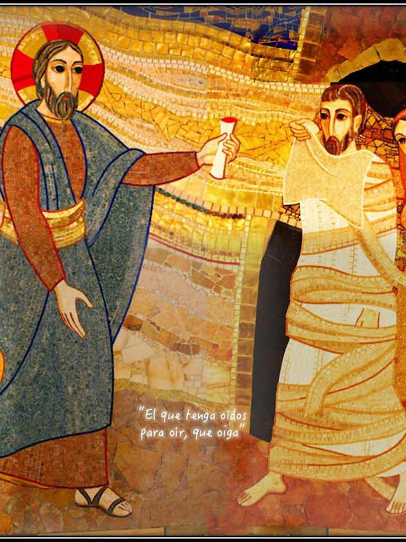 Jesús con su gesto y su palabra está hoy entregándole a Lázaro algo mucho mayor que la vuelta a esta vida mortal (esto no es más que un signo, porque Lázaro vuelve a morir), le está entregando la promesa de la verdadera libertad, la promesa de la vida eterna. El documento que lleva Jesús en la mano es una carta de manumisión. Esta carta era un documento por el cual un señor romano podía liberar a sus esclavos, concediéndoles así la libertad. Jesús, con su entrega en la cruz, va a comprar esa carta de libertad para Lázaro. Lázaro ya no será más esclavo del señor de la muerte y del pecado. Lázaro ya no será presa del miedo y del temor. Jesús va a pagar su liberación y lo va a hacer al precio de su vida. Jesús se parece a aquel hombre que habiendo hallado una perla preciosa, fue y vendió todo lo que tenía, y la compró. #Rupnik #Cuaresma en mivocacion.es