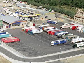 Nedostatek řidičů kamionů způsobuje v Británii prázdné regály