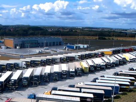 Platforma pro bezpečné parkování nákladních vozidel na cestě do Velké Británie