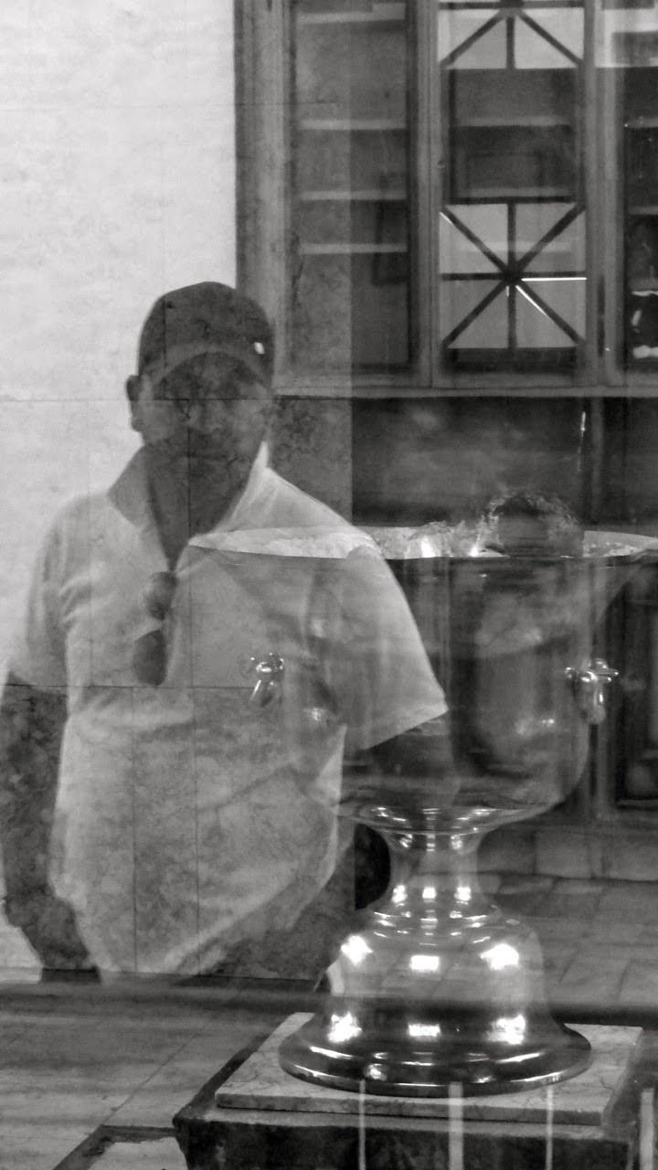 Visitor Contemplating a 1500-year-old Fire behind glass in Zoroastrian Temple in Yadz 在 Yadz 拜火庙的火盘,供人隔着玻璃观赏参拜。 盘内的火已经维持了1500年以上