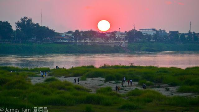 An ostentatious sunset by the Mekong  湄公河畔誇張的日落