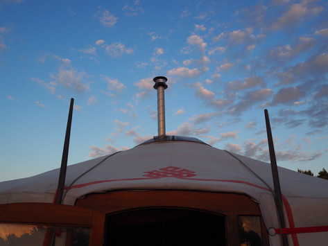 Houthakken, eitjes bakken op een kachel en slapen in een Yurt