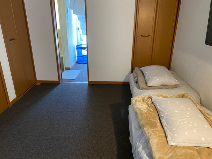洋室(セミダブル布団2つ)、浴室、洗面台、洗濯機、