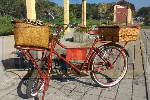 Bicicleta vintage vermelha para decoração retrô com um cesto para flores