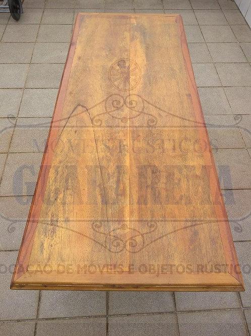 Tampo em madeira rústica (1,57m x 0,65m).