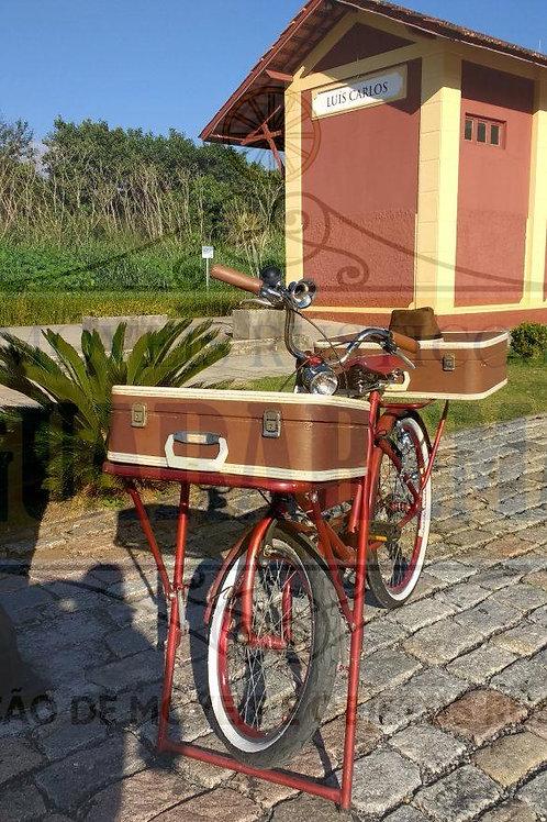 Bicicleta vintage para decoração retrô com uma mala antiga marrom e branca