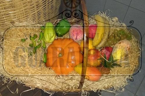 Cesta decorada com frutas e legumes.