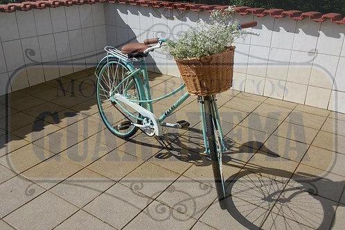 Bicicleta vintage azul para decoração retrô com um cesto.