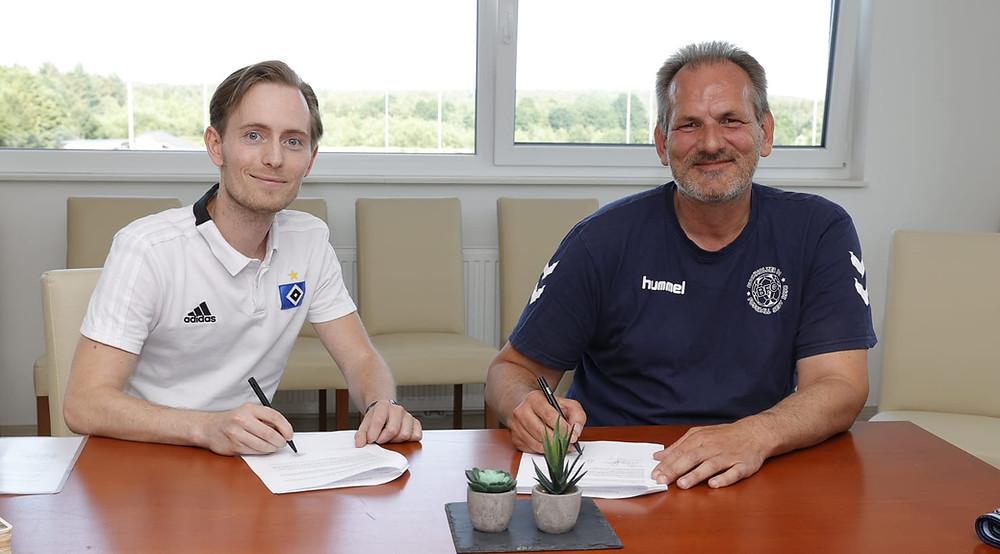 Unterschrift des Kooperationsvertrages  Maximiian Franke (HSV-NLZ Regionalscouting) undKlaas Jensen (1. Vors. BFC)