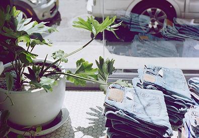 Pilha de calças de ganga