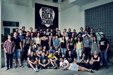 Die Mostar Rock School bringt junge Leute verschiedener Religionen und Ethnien zusammen. Die Eltern schicken ihre Kinder hier hin, weil es guten Musikunterricht gibt.