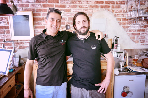 Das sind unsere Brauer und Fiedensbotschafter Orcun (türkischer Zypriote) und Costas (griechischer Zypriote). Sie haben das leckere Hoppy Wheat Ale kreiert.