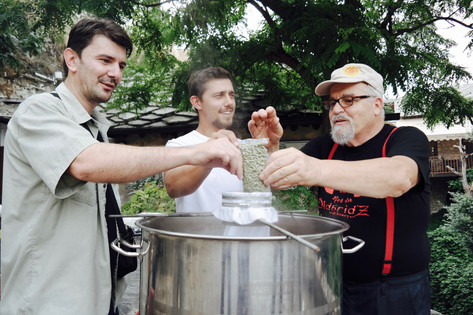 Igor (Serbe), Vlado (Kroate) und Omer (Bosniake) kreiren gemeinsam die Rezeptur für das Drink for Peace Bier. Sie geben ihm eine besondere Botschaft: die des friedlichen Miteinanders.
