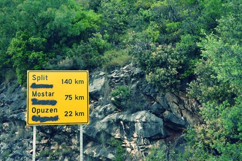 Innerhalb des gesamten Landes sieht man Straßenschilder, auf denen entweder die kyrillischie (Serbisch) oder die lateinische Schrift (Bosnisch bzw. Kroatisch) überschmiert sind.
