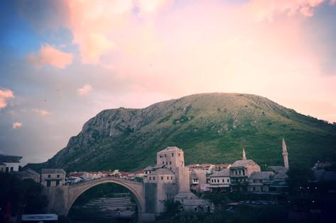 """In Mostar haben wir Studenten befragt, was sie über die jeweils anderen Ethnien denken. Oft bestehen noch große Vorurteile. Viele Studenten bleiben sogar ausschließlich auf """"ihrer Seite der Stadt"""". Für mehr Infos, klicke hier ..."""