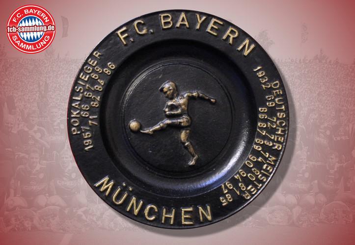 Abbildung der Meisterschaften und Pokalerfolge bis 1997  Gußeisen / 8 kg  Durchmesser 37 cm