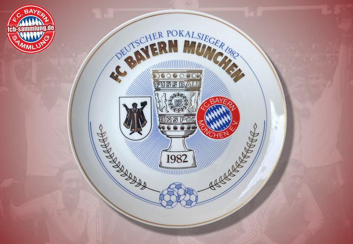Deutscher Pokalsieger 1982  Rückseite mit Signaturen von Präsident Hoffmann und des Designers Gersteller  limitierte Auflage nummeriertes Exemplar (145)  Durchmesser 24 cm