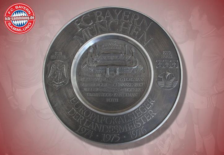 offizieller Ehrenteller aus Zinn anlässlich des dritten Gewinns des Europacups in Folge  Abbildung der Spielernamen aus dem Endspiel 1976, des Glasgower Hampden Parks, sowie der Stadtwappen der vorherigen Enspielorte Brüssel 1974 und Paris 1975  Durchmesser 28 cm