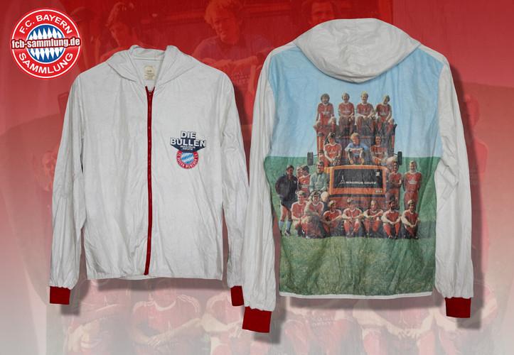 """Kultige dünne Kapuzenjacke mit dem """"Die Bullen""""-Logo des damaligen Sponsors Magirus Deutz, auf der Rückseite macht es sich die Mannschaft der Saison 1978/79 auf einem Deutz-Laster bequem."""