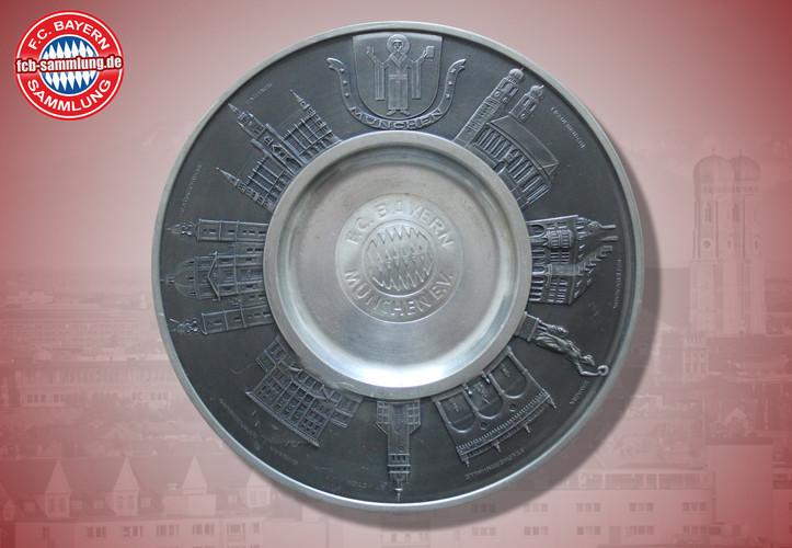 Teller aus Zinn mit Abbildung des Vereinsemblem umrandet vom Münchner Kindl und Sehenswürdigkeiten der Stadt München  wurde z.B. an Schiedsrichter als Gastgeschenk überreicht  Durchmesser 23 cm